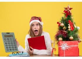 前视女医生和圣诞节坐在一起在黄色背景上_11819842