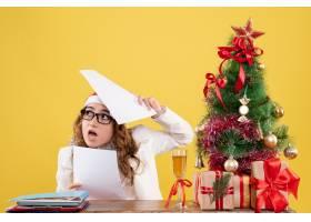 前视女医生和圣诞节坐在一起赠送圣诞树在_11820057