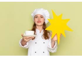 女厨师身穿白色厨服手持杯子绿色墙上挂_11980471