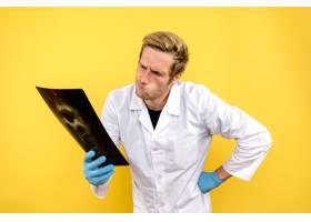 前视男医生在黄色背景下拿着x光做手术医_11960476