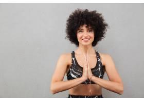 微笑的健身妇女手牵着手做祈祷的手势_7438380