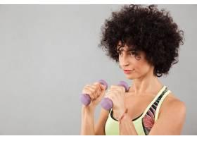 集中卷发健身女子锻炼的特写图片_7380984