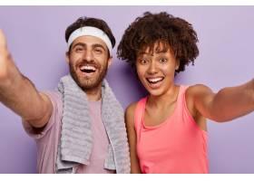 运动情侣健身后自拍笑容满面抒发美好情_12700059