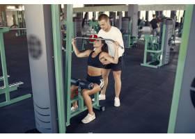 一对运动情侣在健身房进行运动服训练_7121214