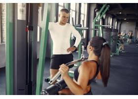 一对运动情侣在健身房进行运动服训练_7121219