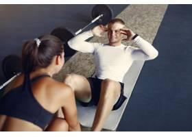 一对运动情侣在健身房进行运动服训练_7121278