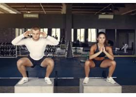 一对运动情侣在健身房进行运动服训练_7121845