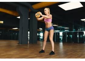 穿着迷你短裤的年轻漂亮女性正在锻炼的形象_6527227