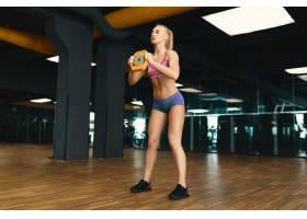 穿着迷你短裤的年轻漂亮女性正在锻炼的形象_6527228