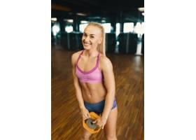 穿着迷你短裤的年轻漂亮女性正在锻炼的形象_6527230