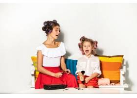 一个小女孩在玩她妈妈的化妆品_9060096