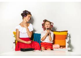 一个小女孩在玩她妈妈的化妆品_9368833