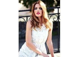 身着白色夏装晚妆的美丽性感的高加索年轻女_7251753
