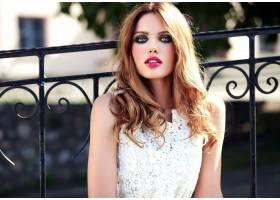 身着白色夏装晚妆的美丽性感的高加索年轻女_7251755