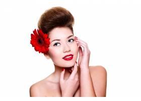 美丽的女孩头发上有红色的嘴唇和鲜花_6801941