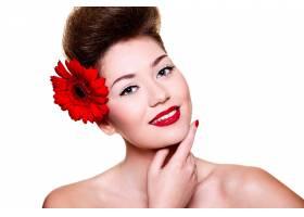 美丽的女孩头发上有红色的嘴唇和鲜花_6801943