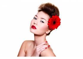 美丽的女孩头发上有红色的嘴唇和鲜花_6801945