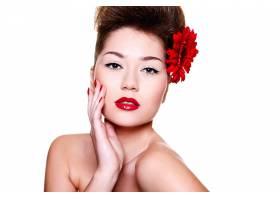 美丽的女孩头发上有红色的嘴唇和鲜花_6801946