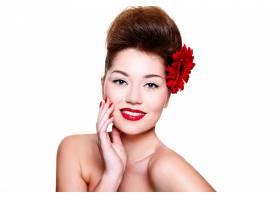 美丽的女孩头发上有红色的嘴唇和鲜花_6801949