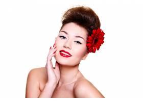 美丽的女孩头发上有红色的嘴唇和鲜花_6801950
