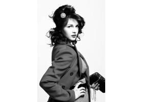 穿着复古大衣的漂亮年轻女子_6712757