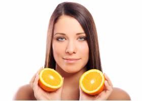 手里拿着橘子的美女_6900269