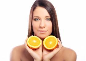 手里拿着橘子的美女_6900270