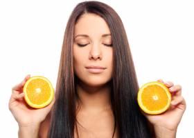 手里拿着橘子的美女_6900271