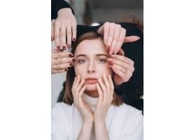 女孩的脸和手做不同的美容院服务_6440826