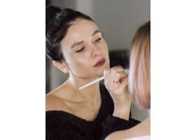 优雅的化妆师在工作_6414652