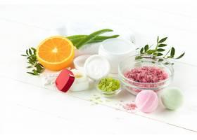 SPA概念在白色上加盐薄荷乳液和毛巾_8609355