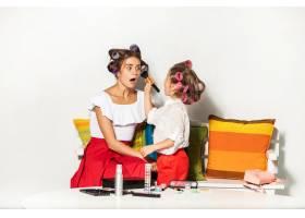 一个小女孩在玩她妈妈的化妆品_8609575