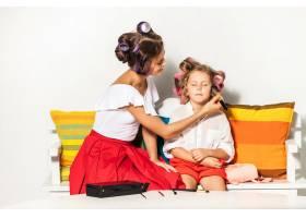 一个小女孩在玩她妈妈的化妆品_9060090