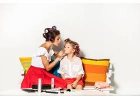 一个小女孩在玩她妈妈的化妆品_9060099