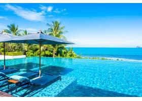 酒店度假村内美丽的豪华室外游泳池椰子树_517590201