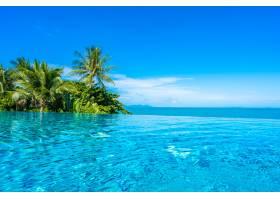 酒店度假村内美丽的豪华室外游泳池椰子树_517591601