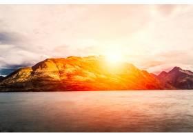 阳光灿烂的群山_92562601