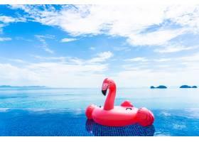 酒店度假村美丽的室外游泳池火烈鸟漂浮在_517516301