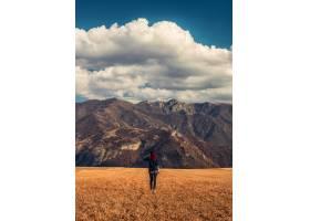 金色田野里的红发女孩背景是落基山脉_1230532201