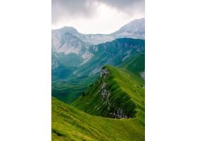 长长的山峰被绿草覆盖的美丽垂直镜头非常_840890501