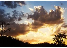 阳光下多云的蓝天美景_298767601