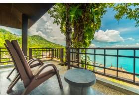 露台或阳台带椅子环绕海景和海景_412365701