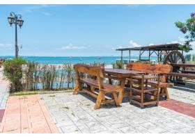 露台餐厅提供带海景的椅子和桌子_127293901