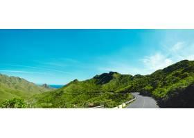 青山绿水的景色尽收眼底蓝天柏油路蜿蜒在_725202901