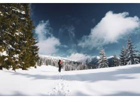 罗马尼亚一名女子在树木环绕的喀尔巴底雪山_1011204101