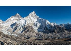 美丽山谷的风景照周围是高山和积雪的山峰_828094301