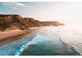 美丽明亮的天空下大海和岩石峭壁的美景令_918387301