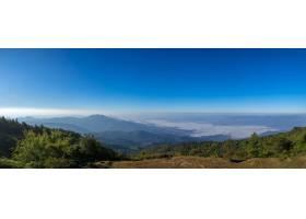 美丽的全景山和蓝天背景下的薄雾在泰国北_781002801