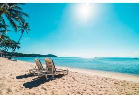 美丽的热带海滩和大海蓝天上有椅子_418823601