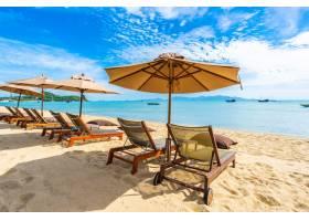美丽的热带海滩大海和海洋椰子树伞和_517515101